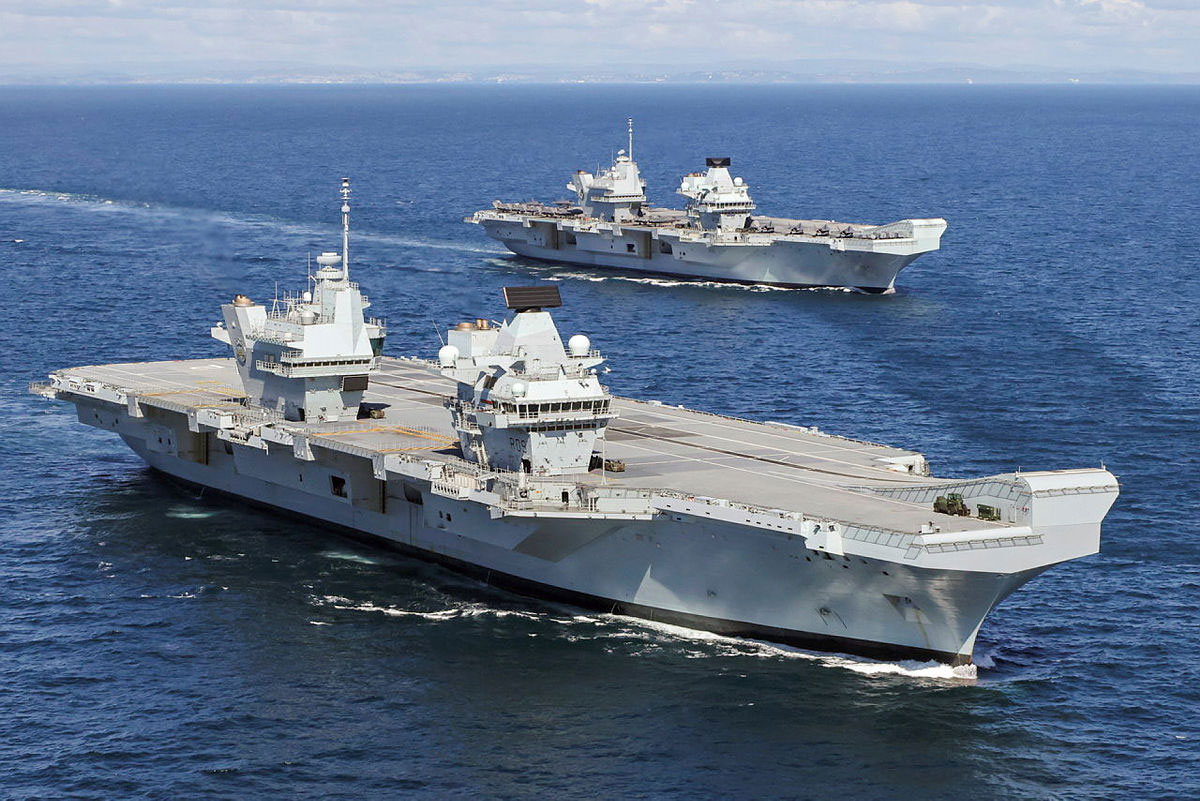 イギリスの空母プリンス・オブ・ウェールズ(手前)とクイーン・エリザベス(Image:Crown Copyright)