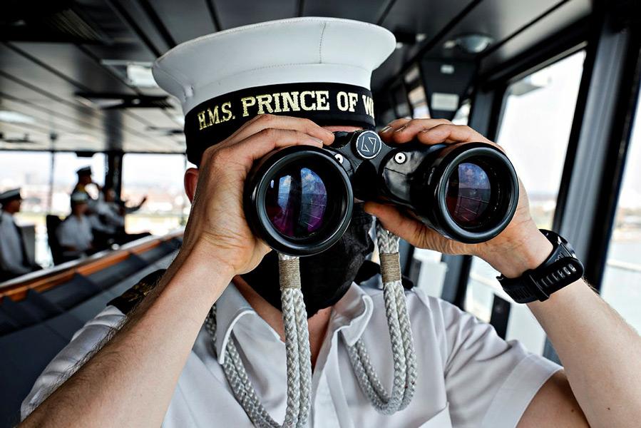 プリンス・オブ・ウェールズの航海艦橋で警戒監視にあたる乗組員(Image:Crown Copyright)