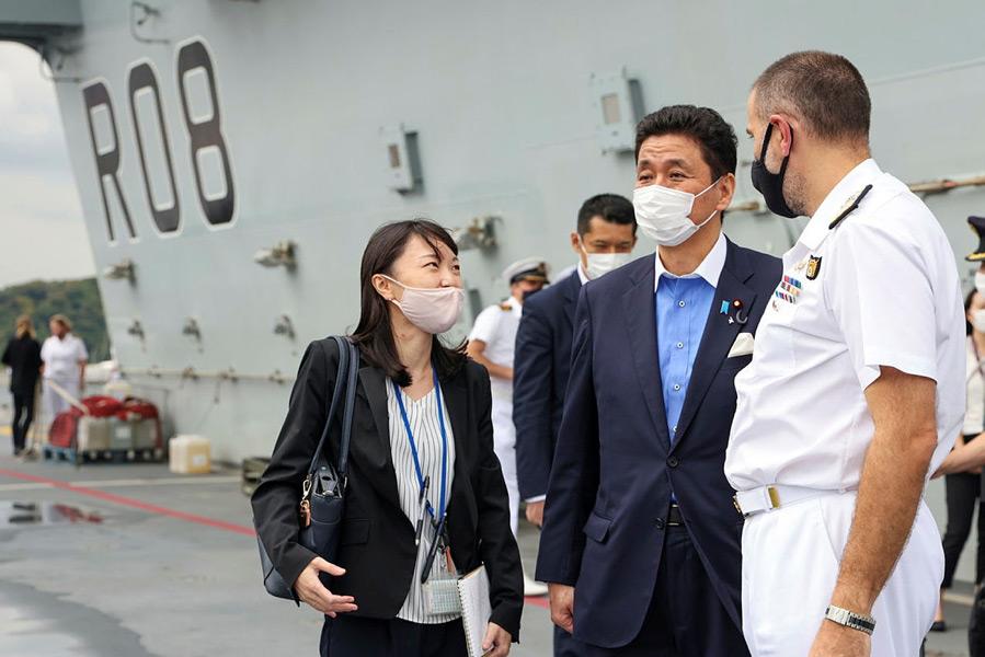 クイーン・エリザベスを視察する岸防衛大臣(Image:Crown Copyright)