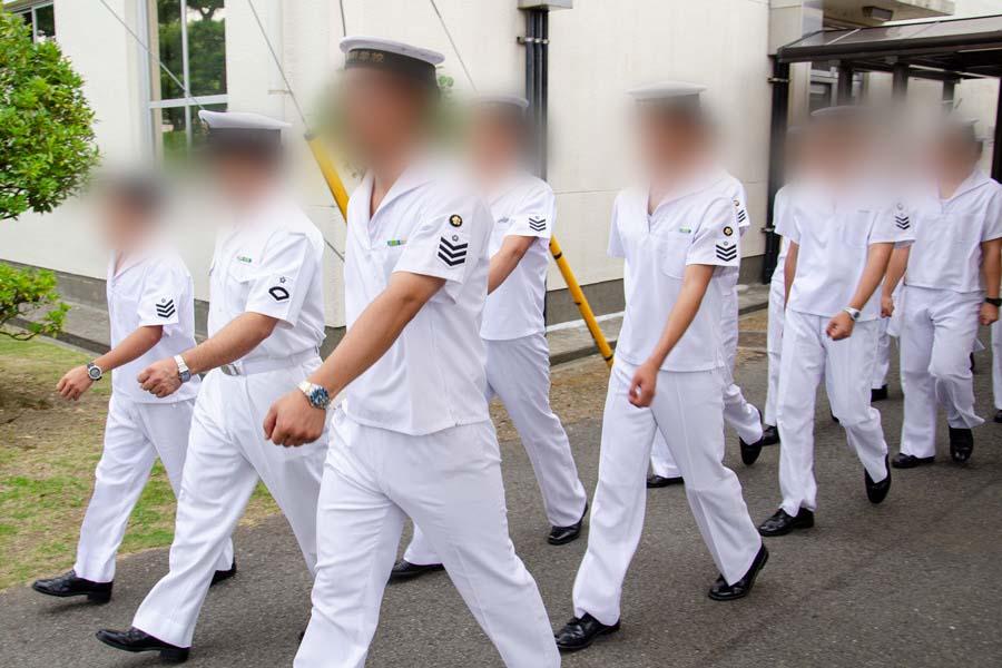 整列して歩く海上自衛官