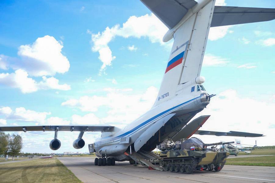 Il-76MDに積み込まれるBMD-4M(Image:ロシア国防省)