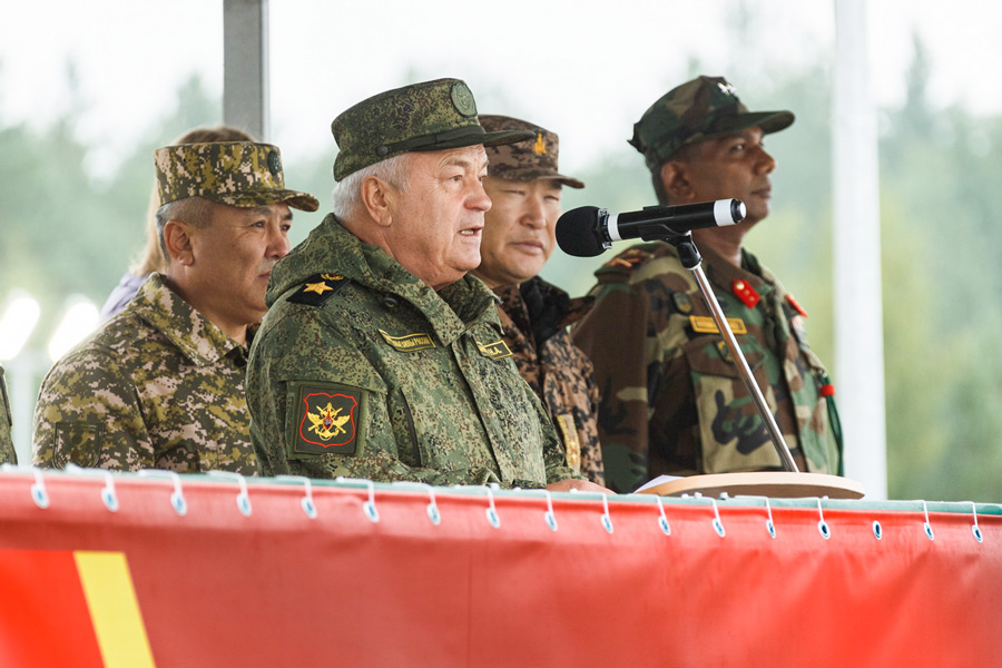 訓示するロシアのバンコフ国防副大臣(Image:ロシア国防省)
