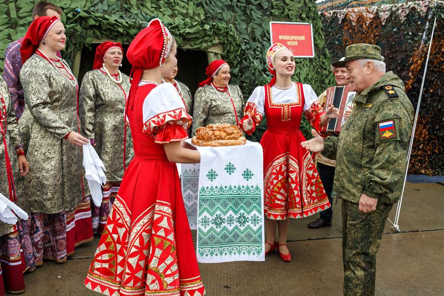 パイを前にしたロシアのバンコフ国防副大臣(Image:ロシア国防省)