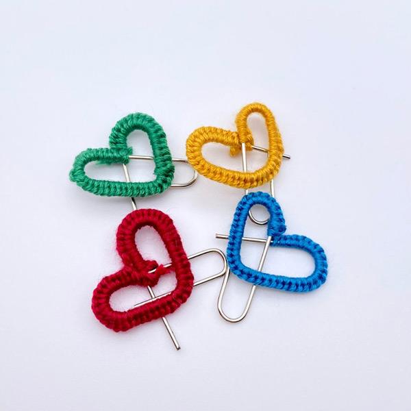 ハート形に曲げ刺繍糸でデコったゼムクリップ(刺繍のおひつじさん提供)