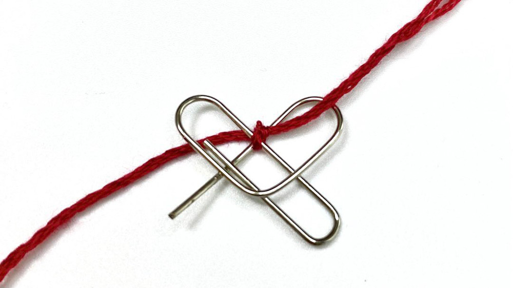 刺繍糸をブランケットステッチで編み込んでいく(刺繍のおひつじさん提供)
