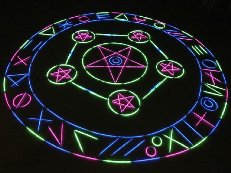 部屋を暗くして光を際立たせた瞬間、本当に悪魔やモンスターが召喚されて出てきそう