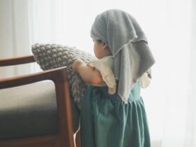 「クッションを運ぶ少女」フェルメールの名画風写真に13万いいね!