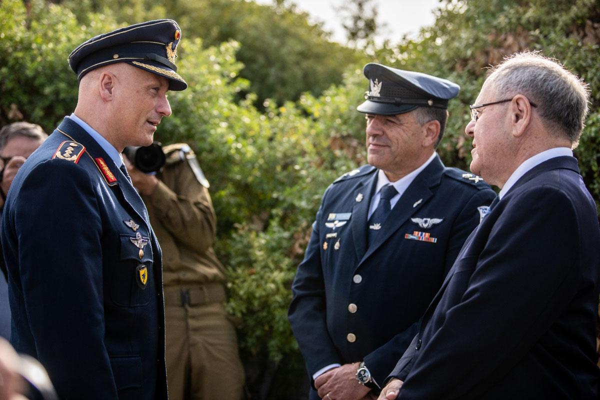 談笑するドイツのゲアハルツ空軍総監とイスラエルのノルキン少将(画像:イスラエル空軍)