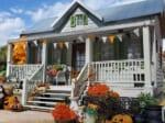ハロウィン装飾のアメリカ住宅ジオラマ(藤平翔さん提供)