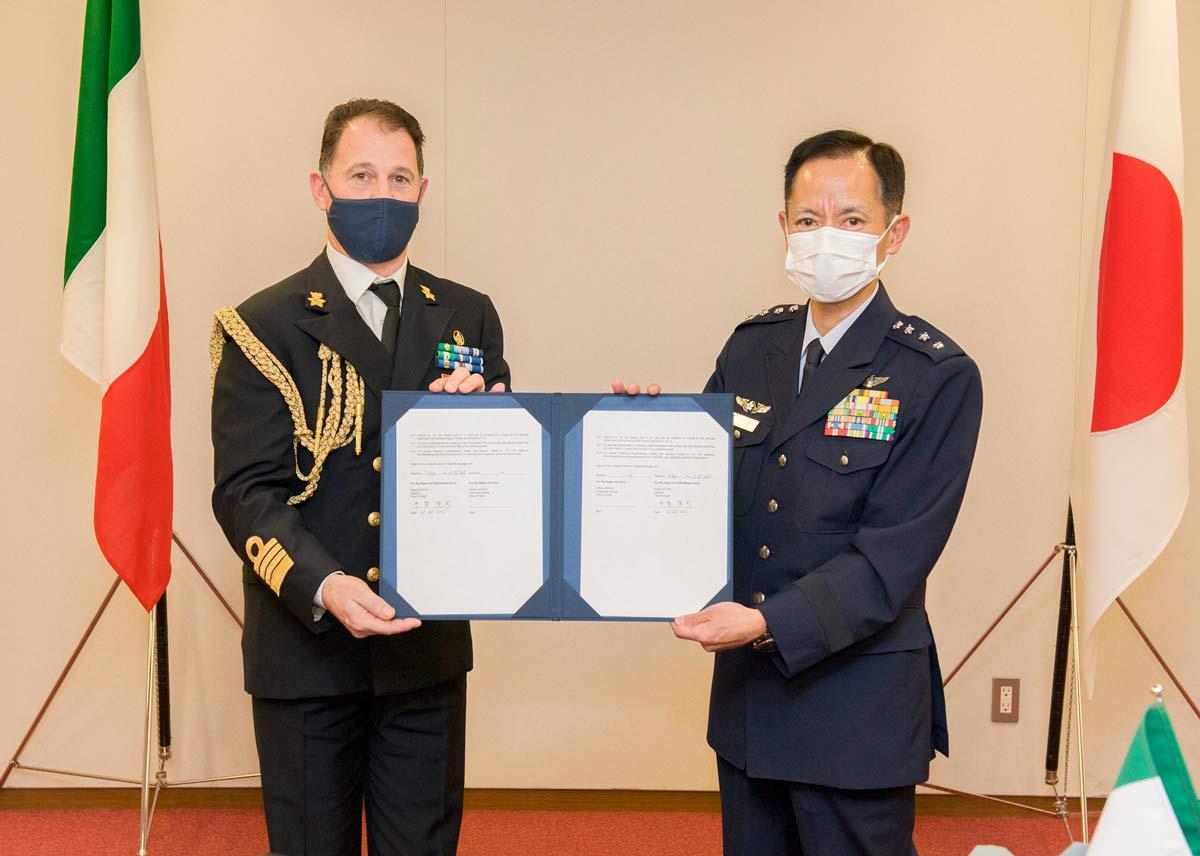 取り決め書にサインした井筒航空幕僚長(右)とイタリアのアニャレッリ海軍大佐(画像:イタリア空軍)
