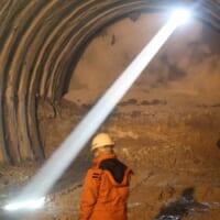 山の神から祝福の光?トンネル工事現場の「貫通光線…