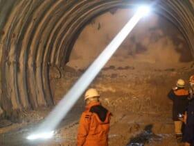 トンネル内を照らす「トンネル貫通光線」(寿建設提供)
