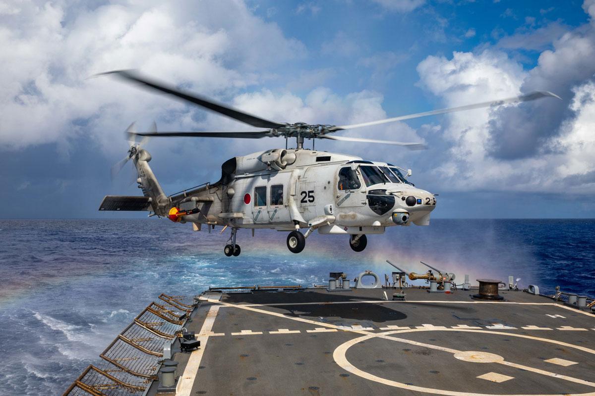 「マラバール2021」でアメリカ駆逐艦に着艦するSH-60K(画像:U.S.Navy)