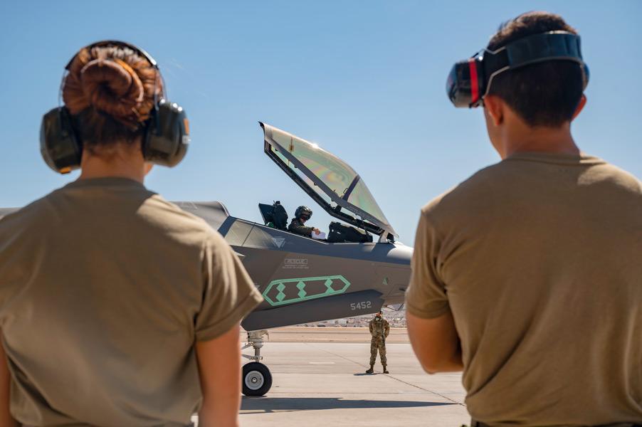 試験に臨むテストパイロット(画像:USAF)
