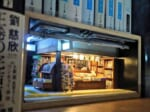 本棚堂書店という店名らしく本棚の中に開店しているという設定