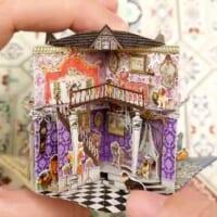 繊細かつクラシカルな雰囲気たっぷりのドールハウス…