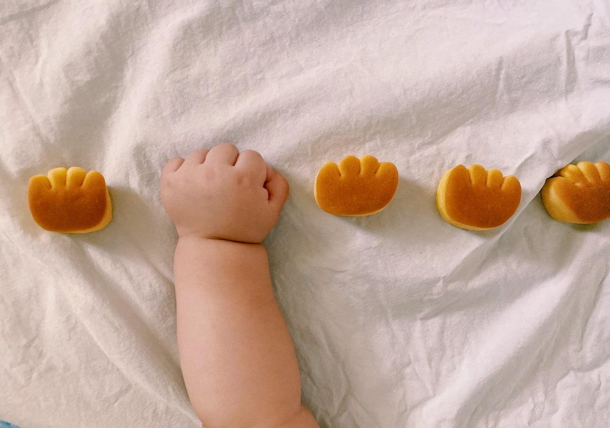 「自家製くりーむぱん」 5か月の息子の手がパンそっくり